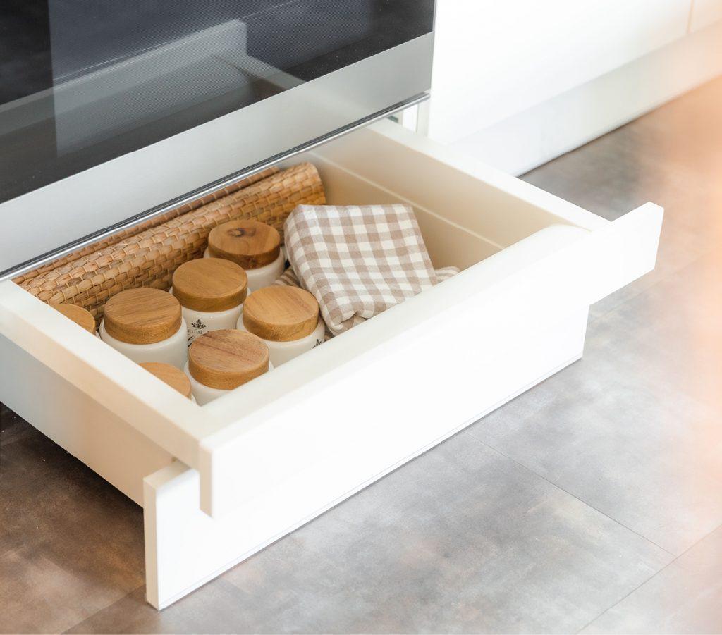 tudi v najmanjši kuhinji je lahko veliko prostora za shranjevanje! Povsod, kjer je tehnično izvedljivo, vam nudimo BREZPLAČNE podnožne predale. V kuhinjski omari lahko pridobite kar do 15 % več prostora za shranjevanje. Kot nalašč za razna čistila, pekače, hrano za hišne ljubljenčke ali druge majhne pripomočke.